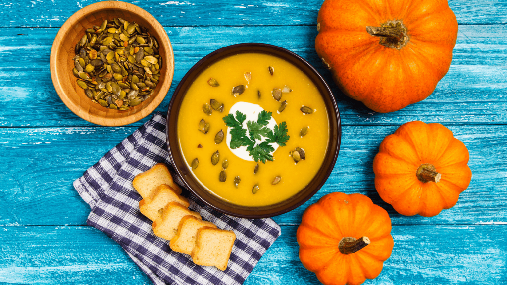 The pumpkin is already reigning over the coppery leaves, because either we want it or not, it's autumn. So I propose not to regret anymore the summer days long gone, and enjoy the fruits of this generous season with a pumpkin soup only good for a cool autumn evening.