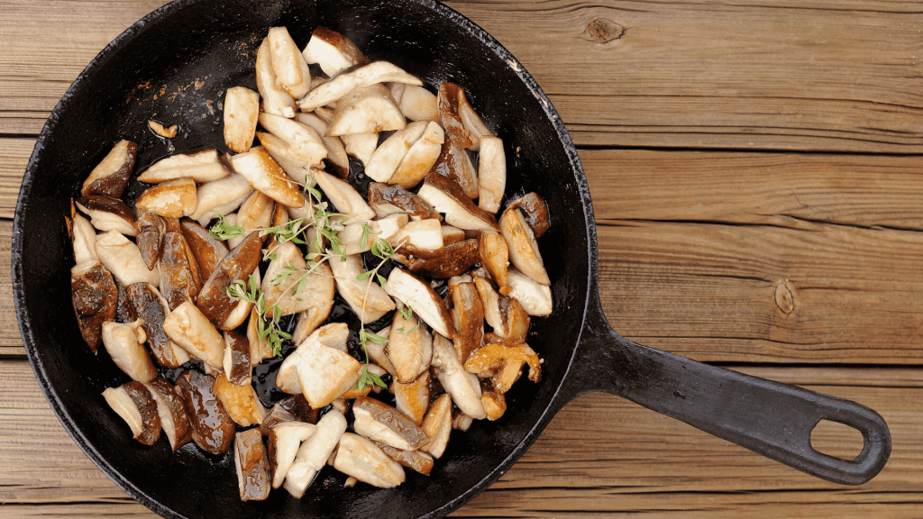 What could be simpler than mushrooms with garlic and parsley? These mushrooms can be eaten as such, with rice or as a garnish next to a piece of meat, which together will do a wonderful job and will give the preparation a great taste.