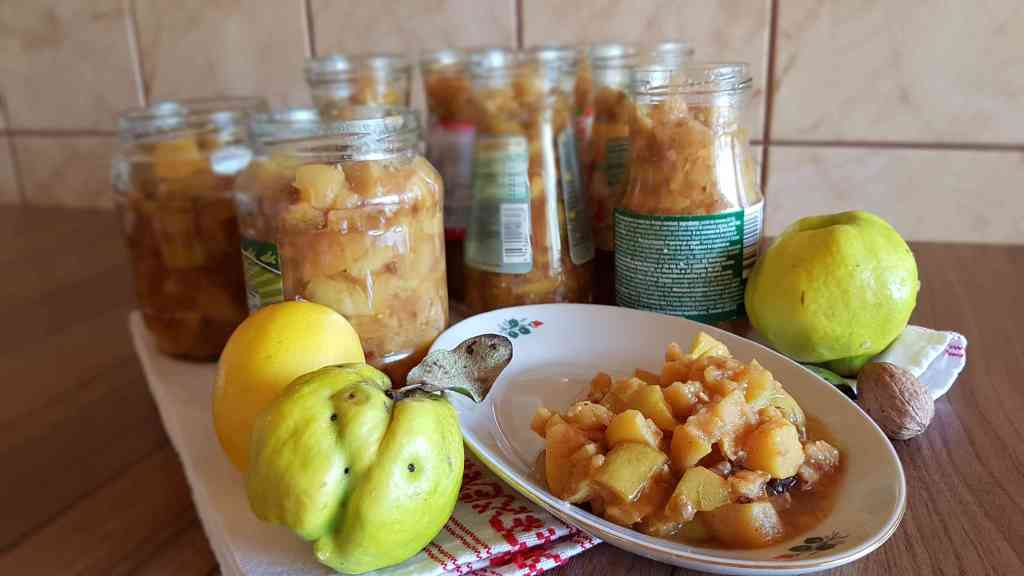 Today, I thought of offering you a fine and fragrant autumn recipe for quince, walnut, and clove jam, which is sugar-free, vegan, low carbs, with a sweet-sour taste that will delight your senses 😊