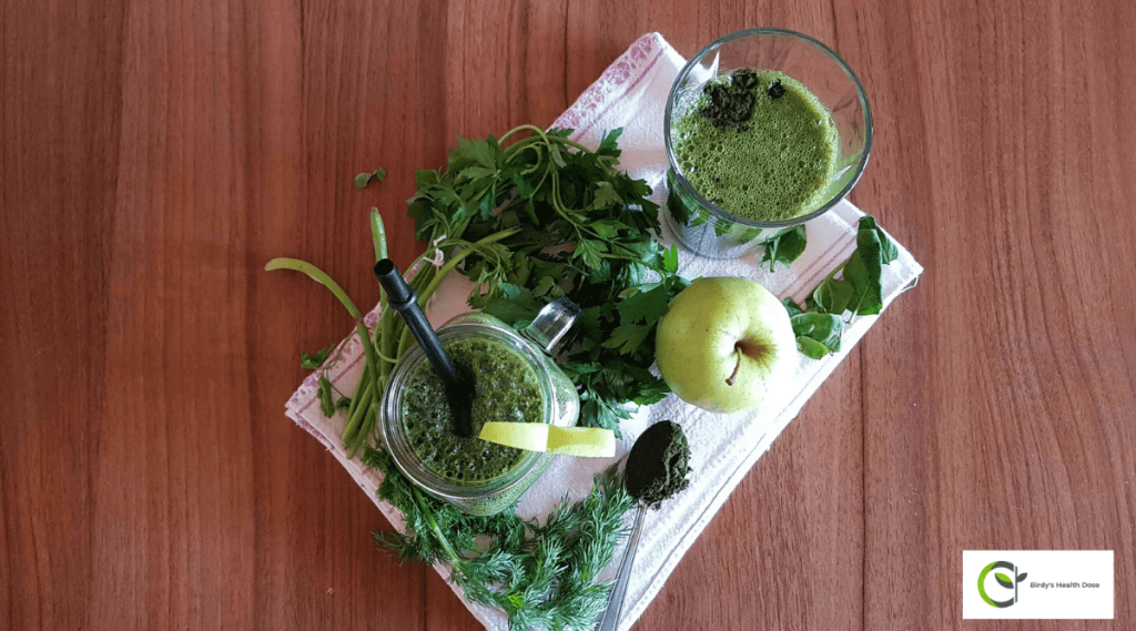 Here is a green smoothie with chlorella, spinach, parsley, and dill that is rich in nutrients for the body and helps eliminate toxins. It is also the best energizer!
