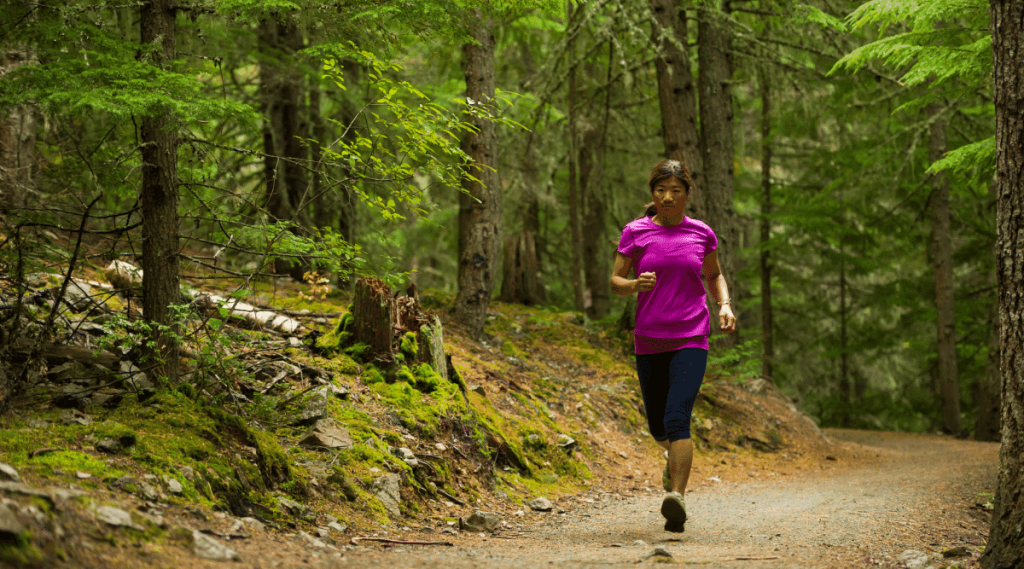 Trail running requires body and mind training. The trails lead beyond the beaten paths, on country roads, over hills and valleys. Today I thought of compiling for you the complete beginner's guide for trail running: benefits, equipment, safety, breathing, accessories.